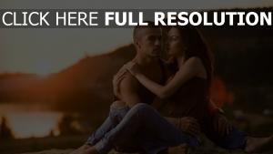 couple étreinte romantique jeans