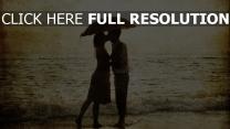 plage parapluie baiser noir et blanc