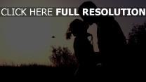 couple baiser silhouette soirée
