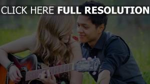 guitare couple regard arrière-plan flou