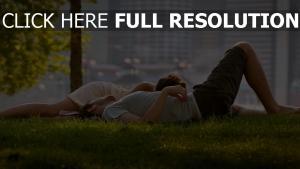 parc central couple pelouse arrière-plan flou