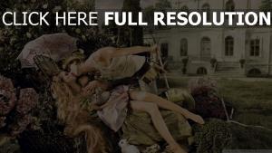 cour mansion couple pelouse baiser