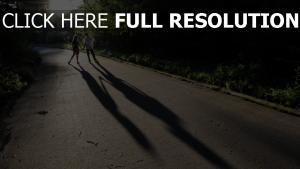 couple route ombre forêt lever du soleil