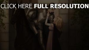 chevalier armure blond étreinte