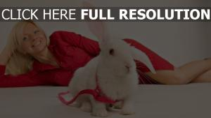 lapin collier blond rouge robe