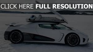 koenigsegg lac gelé pilote voiture sportive de prestige