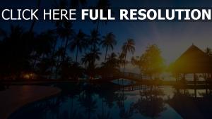 hôtel lever du soleil palmier piscine réflexion