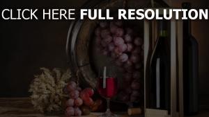 vin raisins bouteille nature morte