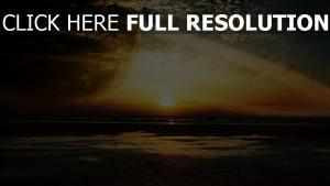 mer coucher du soleil planète avec des anneaux merveilleux vue