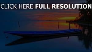 barque calme coucher du soleil réflexion