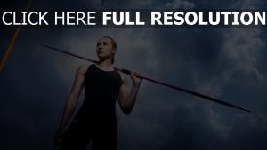 athlète blond lance nuageux