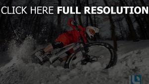 vélo neige forêt soirée