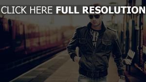 modèle masculin lunettes de soleil flou