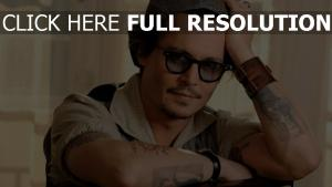 johnny depp geste moustache tatouage