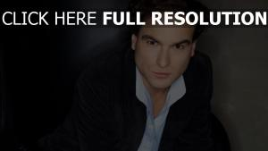 johnny galecki yeux bruns visage regard