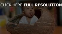 enfant noix de coco éteindre sa langue