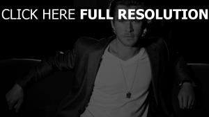 chris hemsworth costume noir et blanc
