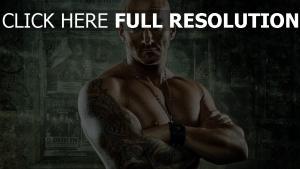 combattant tatouage chauve brutal