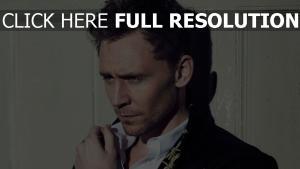 tom hiddleston yeux bleus élégant