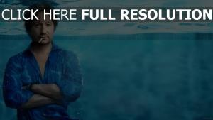 david duchovny sous l'eau cigarette chemise acteur