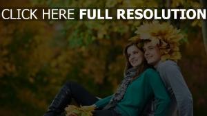 couple automne écharpe litière de feuilles