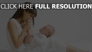 bébé mère bonheur cheveux longs