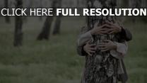 arbre bras couple arrière-plan flou