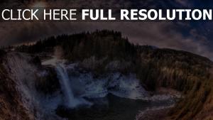 chute d'eau panorama nuageux forêt sapin