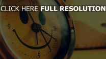 horloge murale sourire arrière-plan flou