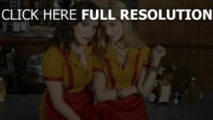 2 filles fauchées personnages principaux uniforme
