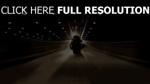 chevalier noir moto tunnel