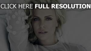 charlize theron blond yeux bleus