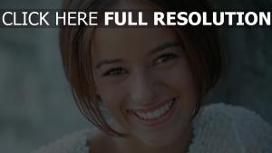 alizee cheveux courts sourire chanteuse