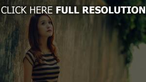 rêveur visage cheveux bruns