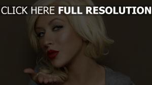 christina aguilera visage chanteuse rouge à lèvres