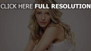 blake lively visage blond regard