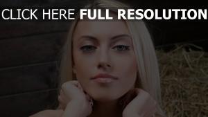 blond yeux bleus mannequin vue de face
