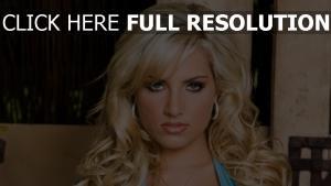 blond maquillage vue de face bouclé cheveux