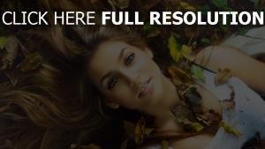 cheveux bruns rêveur visage feuilles