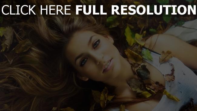 fond d'écran hd cheveux bruns rêveur visage feuilles