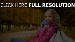 blond veste chérie banc parc romantique