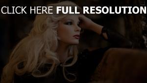 coiffure élégant blond regard vue de côté