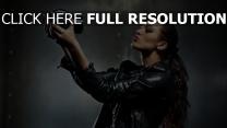 brunette selfie caméra veste cuir