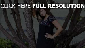 brunette, robe arbre rouge à lèvres
