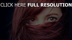 roux foncé yeux bruns gros plan