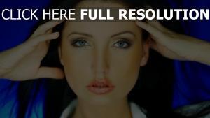 brunette réflexion yeux bleus