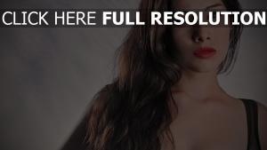 cheveux bruns rouge à lèvres sensuel