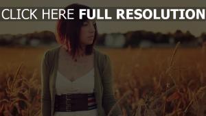 brunette cheveux courts champ coucher de soleil
