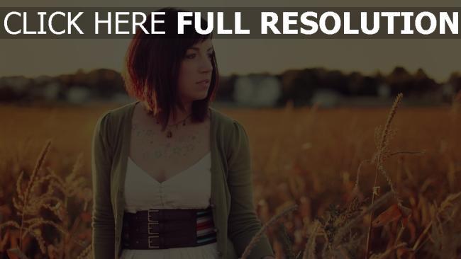 fond d'écran hd brunette cheveux courts champ coucher de soleil