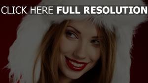 cheveux bruns capuchon rouge à lèvres sourire